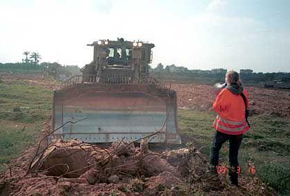 Lebendes Schutzschild: Corrie vor dem Bulldozer, unter dem sie wenig später stirbt