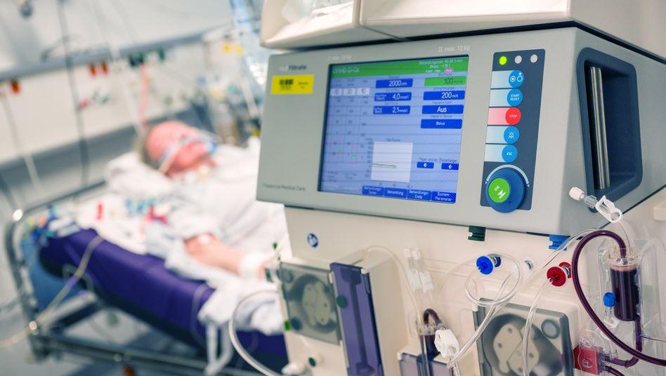 """Patient an Beatmungsgerät (mit Dialysegerät im Vordergrund): """"Mensch Meier, das leisten unsere Pflegekräfte jeden Tag."""""""