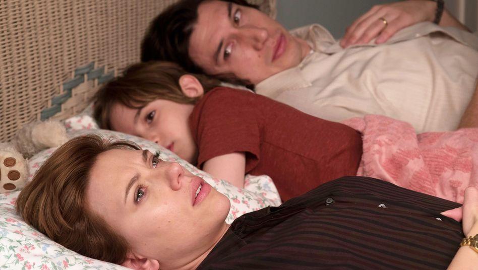 """Scarlett Johansson als Nicole und Adam Driver als Charlie in """"Marriage Story"""". In der Mitte ihr Filmsohn Henry (Azhy Robertson)"""