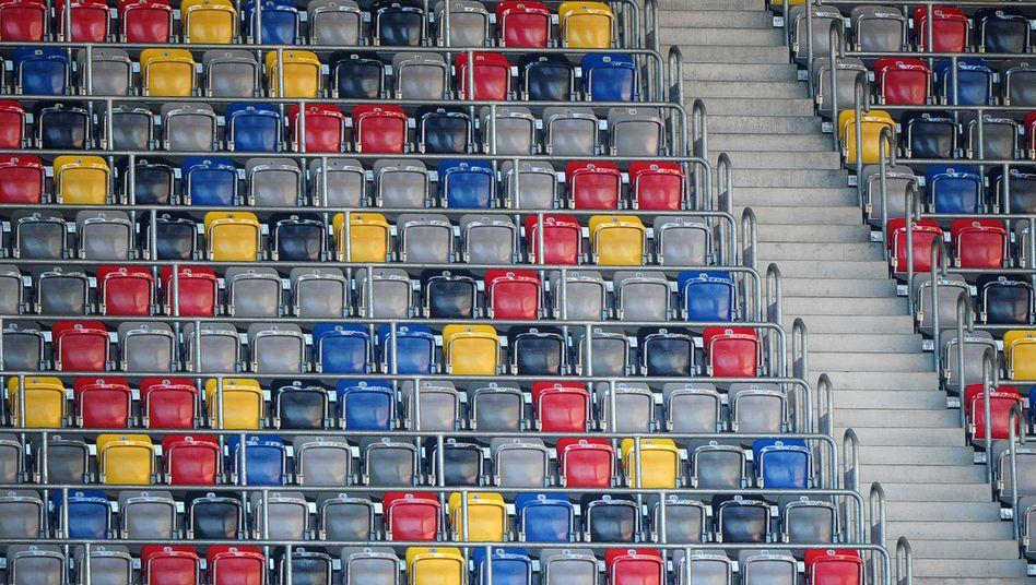 Eine leere Zuschauertribüne im Stadion in Düsseldorf
