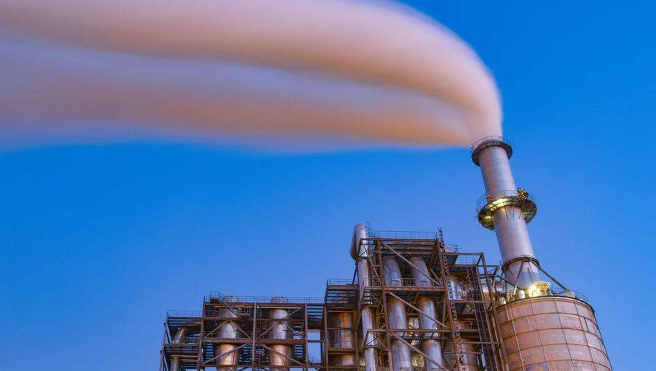 Qualm aus dem Schornstein einer Industrieanlage: Bei der Digitalisierung steht das Thema Energie selten im Vordergrund