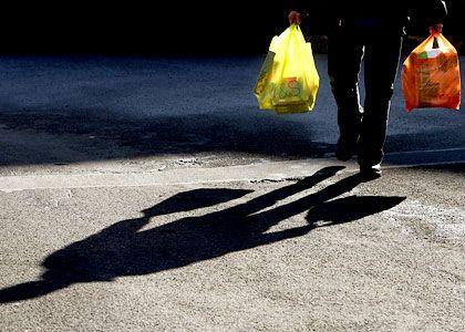 Einkäufer: Als kaufsüchtig gilt, wer wiederholt den starken Drang verspürt, etwas zu kaufen, das er gar nicht benötigt