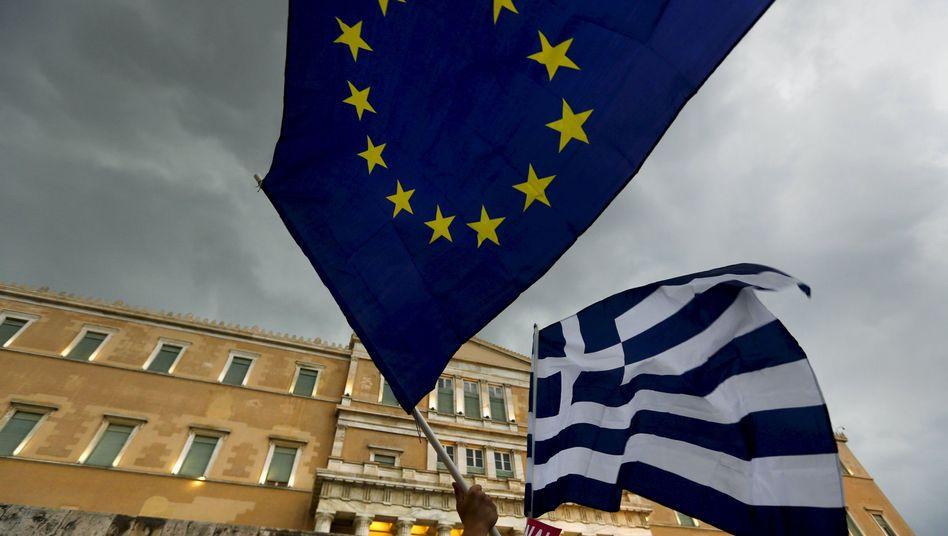 Flaggen vor dem Parlament in Athen: Gesetzesvorhaben sind in Brüssel eingereicht