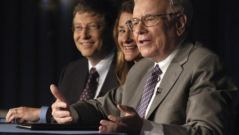 """""""The Giving Pledge""""-Gründer Buffett (r.), Gates mit Gattin Melinda: Geld geben, Gutes tun"""