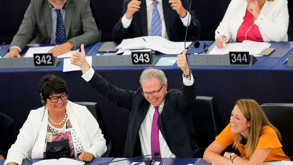Der zuständige Berichterstatter des EU-Parlaments, Axel Voss, feiert seinen Sieg.