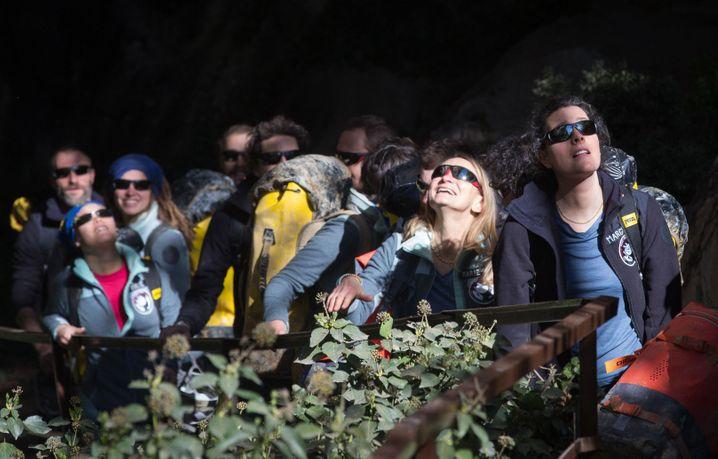 Dunkle Sonnenbrillen schützen die Augen der Probanden, die 40 Tage in absoluter Dunkelheit lebten