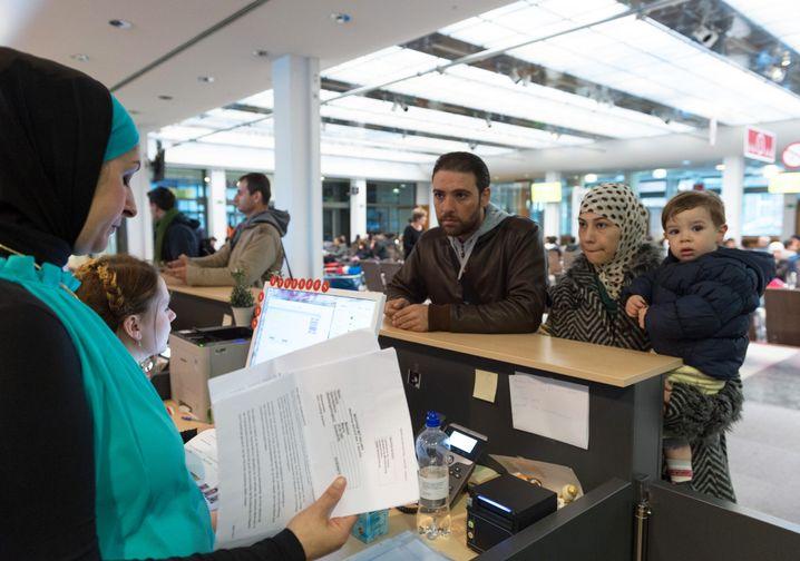 Syrische Flüchtlinge in Registrierungsstelle in Berlin-Wilmersdorf