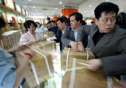 Beim Schutz gegen SARS ist jedes Mittel Recht: Ansturm auf eine Apotheke in Peking