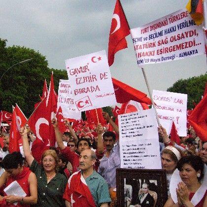 """Atatürk-Demo in Berlin: """"Die Türkei ist die Größte"""""""