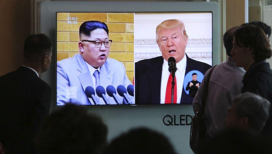 Trump (r.) und Kim auf einer Videoleinwand in Seoul