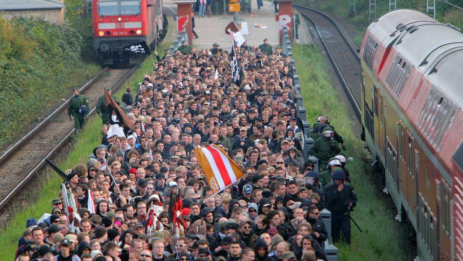 Fußballfans am Bahnhof: Mit dem Zug zum Stadion