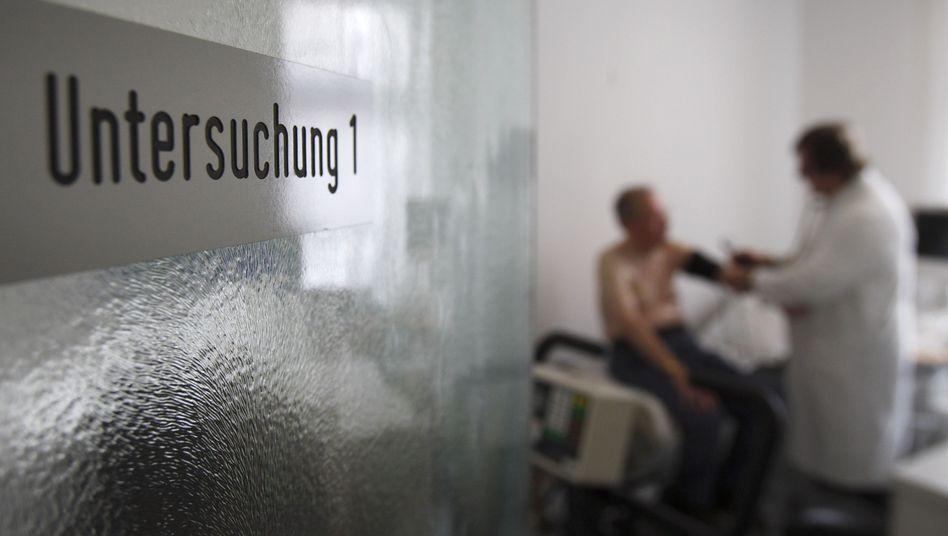 Arzt bei der Untersuchung: AOK lehnt Abschaffung ab
