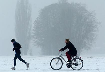 Jogger und Radfahrer: Körperliche Bewegung macht mehr als nur fit