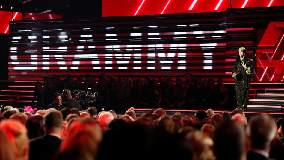 Szenen wie bei der Grammy-Verleihung im Januar 2020 (hier mit der Sängerin Billie Eilish) dürfte es auch mit der Verlegung nicht geben