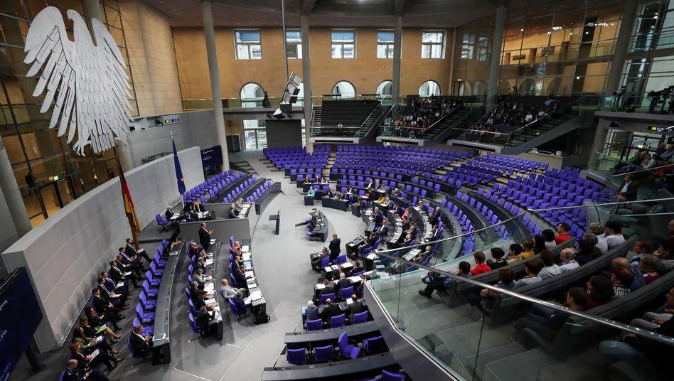 Blick ins Bundestagsplenum: Sanktionsbescheide an Parteien verschickt