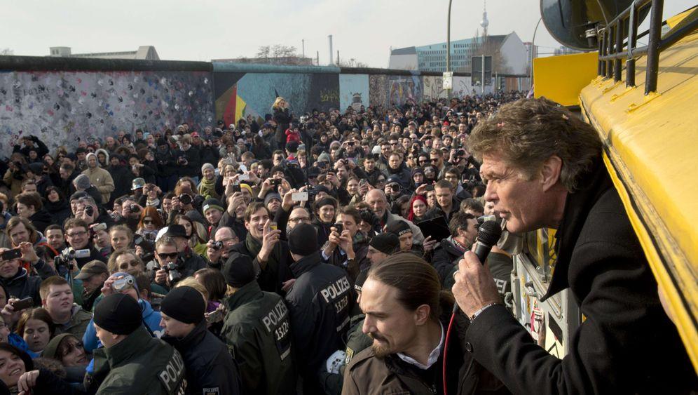 """Looking for Freedom"": David Hasselhoff an der Berliner Mauer"