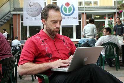 """Jimmy Wales auf Wikimedia-Kongress: """"Langfristig sehr schwer für herkömmliche Verlage"""""""