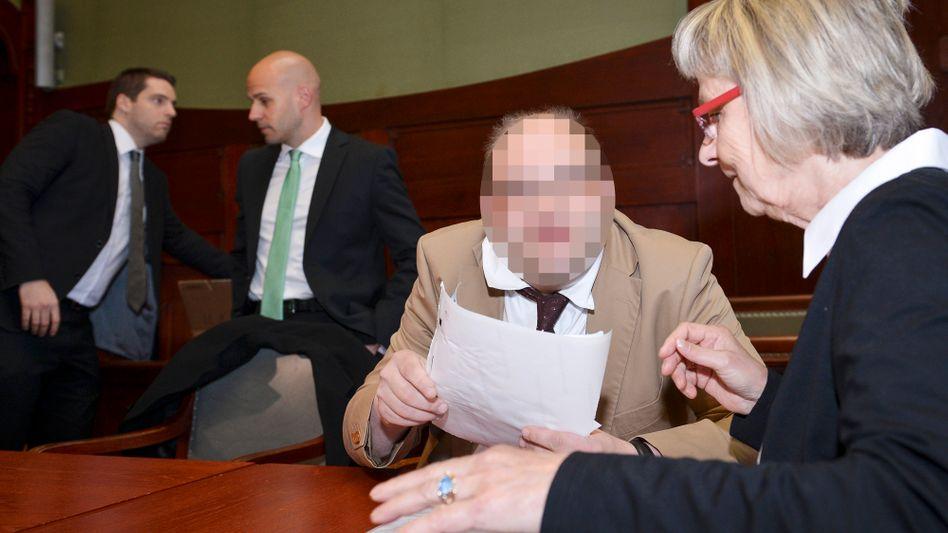 """Angeklagter Ulvi K. (2. v. r.) mit Anwälten und Betreuerin: """"Ich wusste ja, er erzählt alle möglichen Varianten"""""""