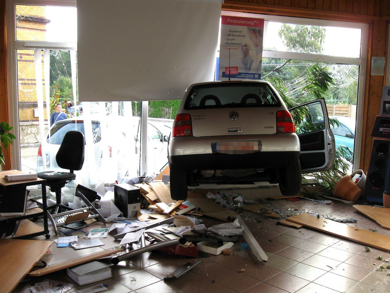 Apolda / Autohaus bei Probefahrt zerlegt