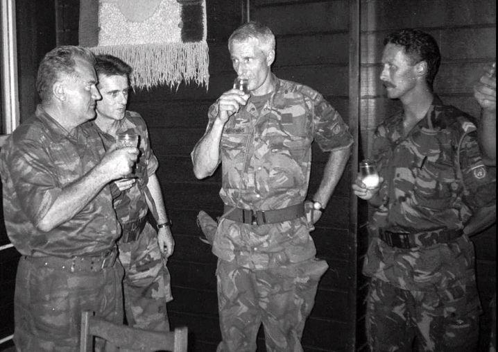 Diese Aufnahme vom 12. Juli 1995 zeigt den niederländischen Oberst Thomas Karremans bei einem Umtrunk mit dem serbischen General Ratko Mladic (l.) in Potocari.