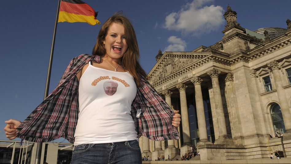 The Steini Girl poses in front of the Bundestag. She says she never expected all the attention her online video homage to Frank-Walter Steinmeier is getting.
