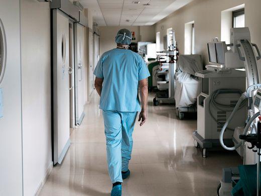 """Arzt im Krankenhaus (Symbolbild): """"Ein riesiges Dilemma"""""""