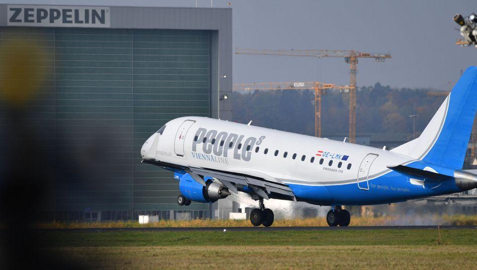 Flugzeug von People's Viennaline (Embraer 145)