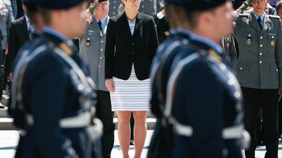 Verteidigungsministerin Kramp-Karrenbauer bei Amtsantritt am Mittwoch: Ein politisches Schwergewicht