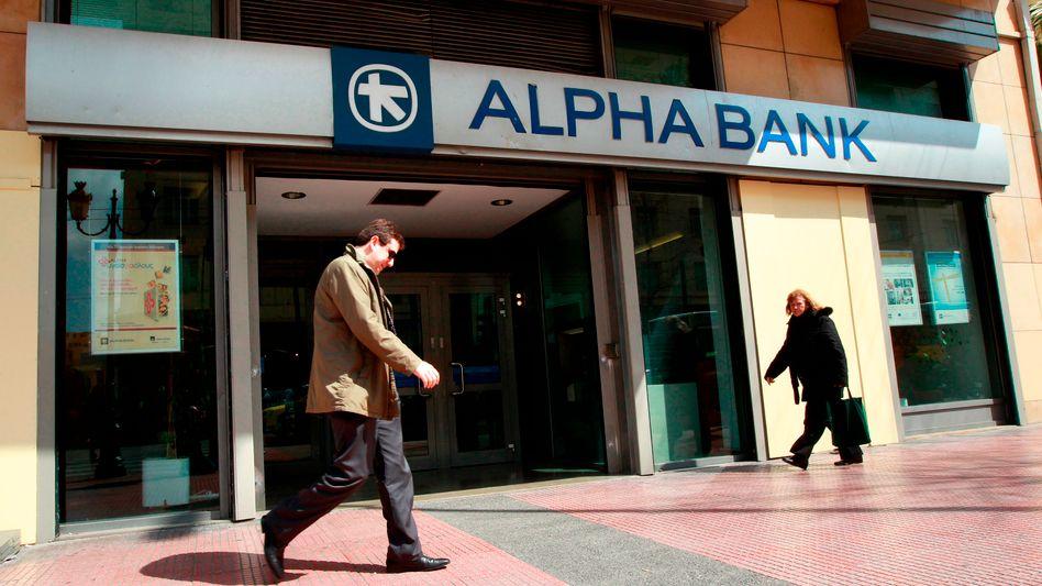 Passanten vor einer Filiale der Alpha Bank: Einlagen steigen wieder