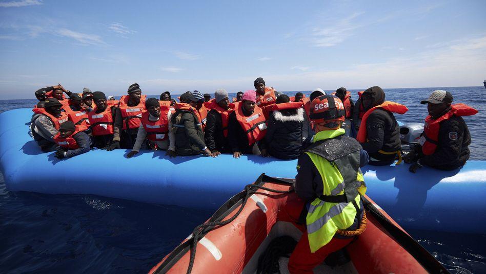 Retter von Sea-Eye nehmen im Mittelmeer libysche Flüchtlinge auf