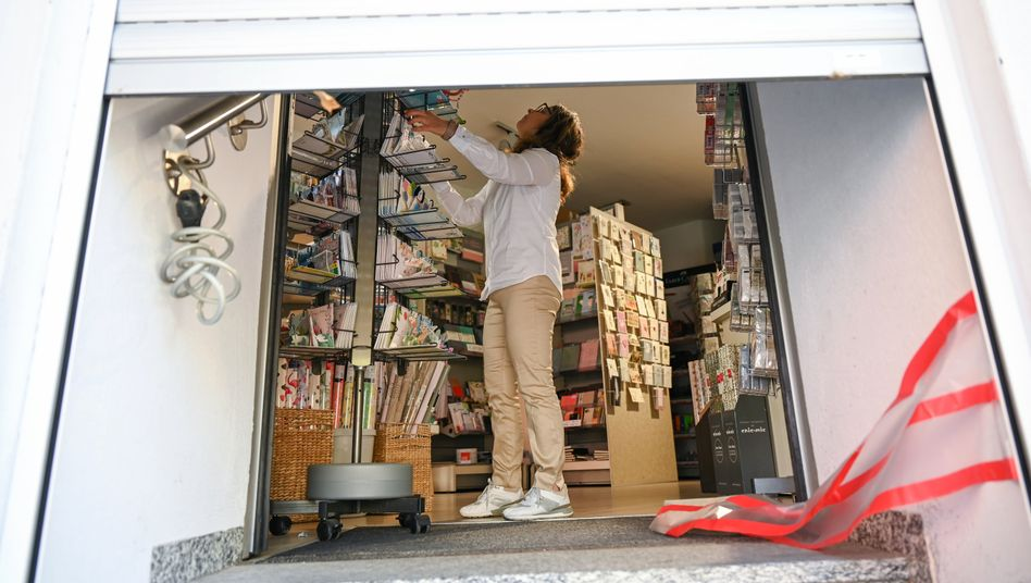Eine Einzelhändlerin in Frankfurt bereitet sich auf die Wiedereröffnung ihres Geschäfts vor