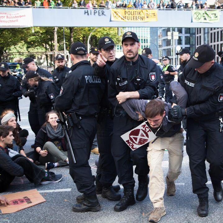 Polizei räumt Sitzblockade