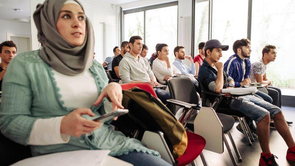 Besucher einer Infoveranstaltung für Flüchtlinge an der FU Berlin