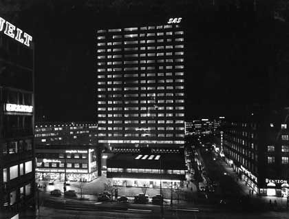 """Curtain walls"": Das SAS Royal Hotel bei Nacht"