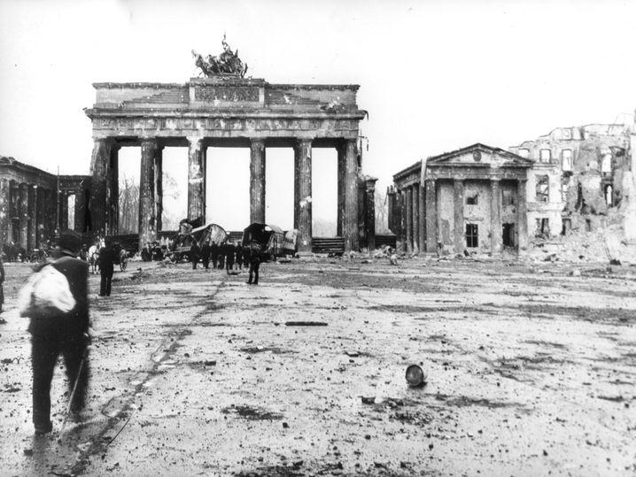Brandenburger Tor in nach der Kapitulation 1945