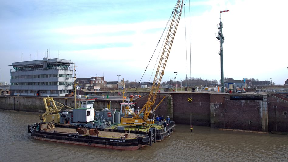 Repair work has begun on two broken locks that are part of a shortcut between the North and Baltic Seas that reduces ships' roundtrip travel distance by some 900 kilometers.