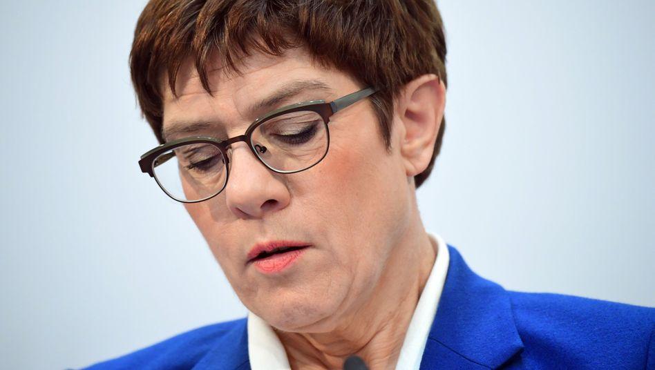 CDU-Chefin Kramp-Karrenbauer: Nach ihrer Einleitung liest sie vom Blatt ab