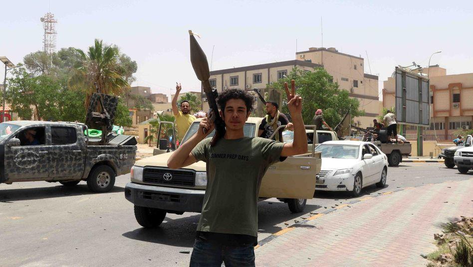 Anhänger der libyschen Zentralregierung bejubelt Etappensieg gegen Haftar-Truppen in Tarhouna nahe der Hauptstadt Tripolis