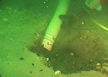 """Freilegung eines Wracks: Wenn Unterwasser-Sandbänke versunkene Schiffe verdeckt haben, kommt ein """"Unterwasser-Staubsauger"""" zum Einsatz"""
