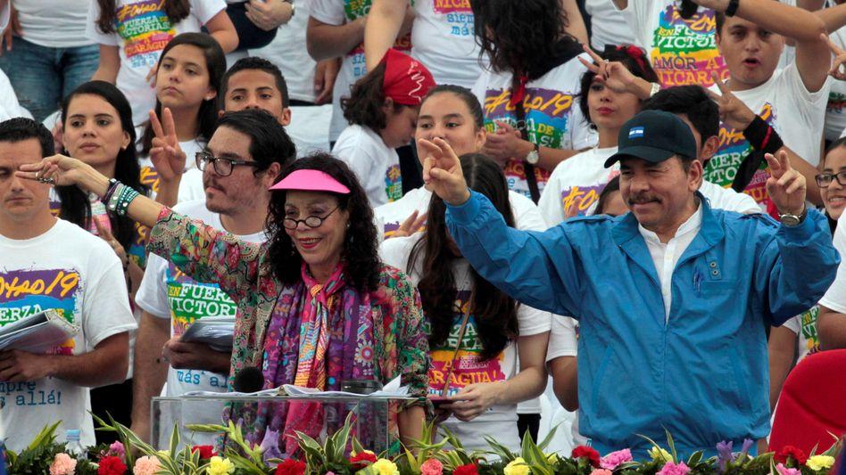 Präsidentenehepaar Rosario Murillo, Daniel Ortega (während einer Revolutionsfeier 2016): »Sie müssen ganz schön verzweifelt sein«
