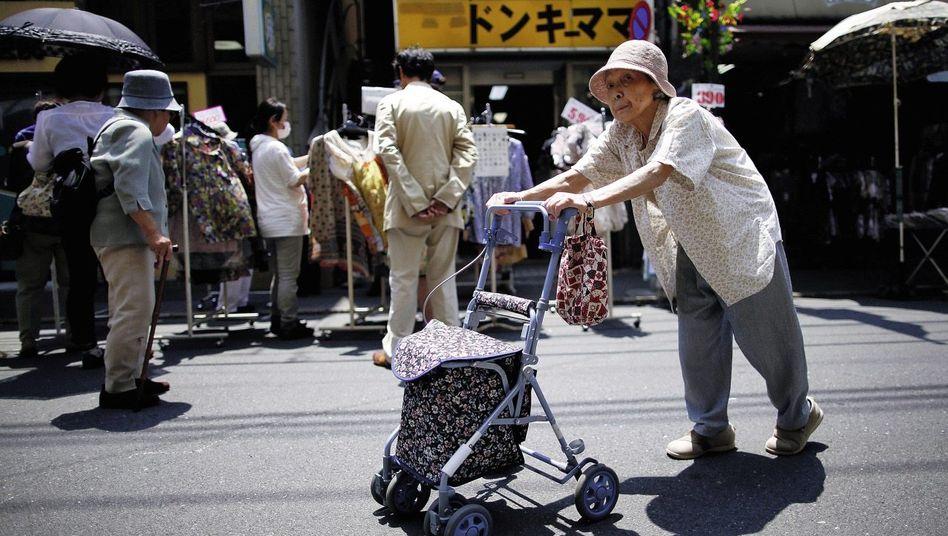Rentnerin in Tokio: Dem Staat nicht zur Last fallen, bis sie einsam tot umfallen