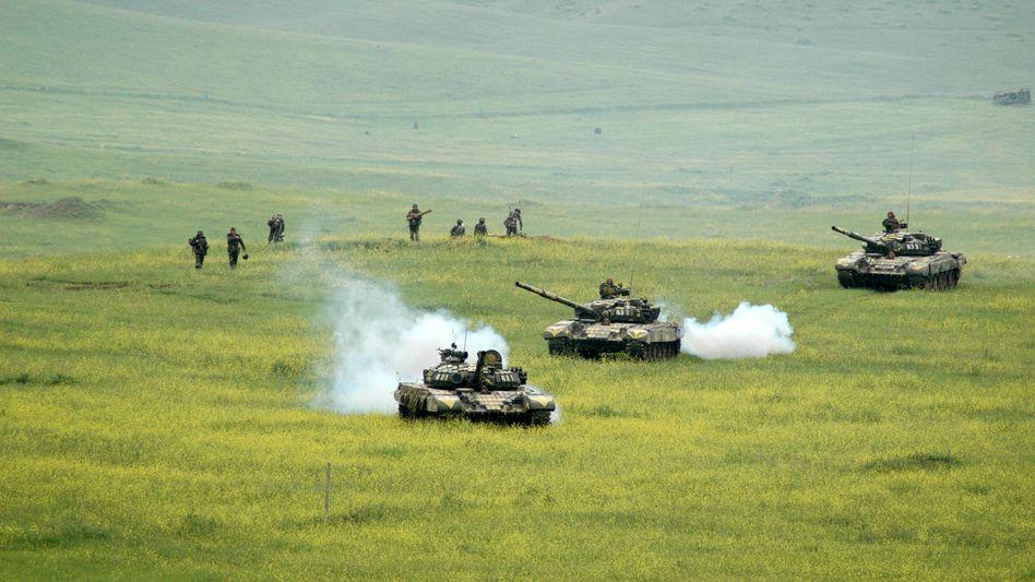 Ein alter Konflikt, der immer wieder neu entflammt: Soldaten im Bergkarabach-Gebiet, wo sich Armenien und Aserbaidschan bekämpfen