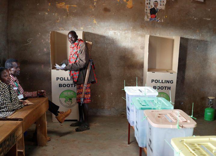 Mann in Samburu-Tracht bei der später annullierten Wahl am 8. August