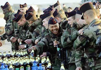 Feucht-fröhliche Weihnachten auch bei französischen Soldaten in Masar-i-Scharif