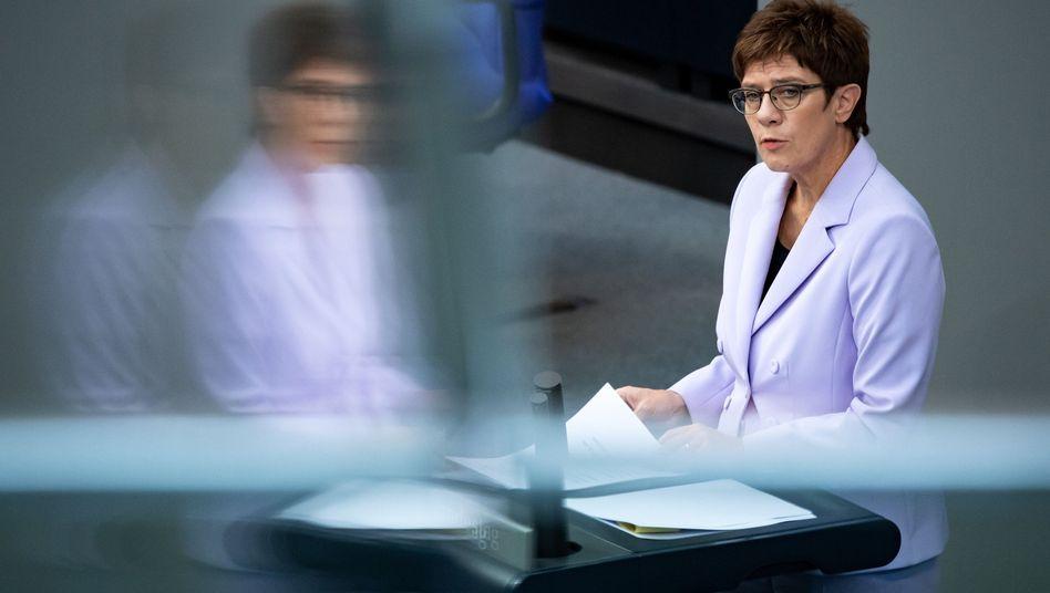 Annegret Kramp-Karrenbauer bei der Haushaltsdebatte: Die CDU-Chefin will den Soli schneller loswerden