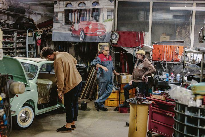 Reporter Maurer (l.) in einer Werkstatt, die für ihn »wie das Bühnenbild eines Arbeiterstücks wirkt«