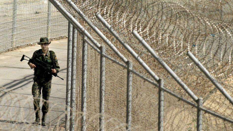 Spanischer Grenzsoldat (Archivbild): Flüchtlinge drängen nach Ceuta