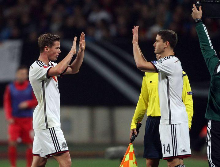 Am 14. November 2014, bei einem 4:0 gegen Gibraltar, feierte Jonas Hector (r.) sein Debüt in der Nationalelf. Er kam für Erik Durm. Es sollte das einzige Länderspiel von Hector bleiben, bei dem er nicht in der Startelf stand