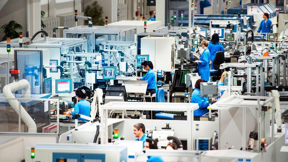 Mitarbeiter im Siemens-Werk in Amberg (Bayern)
