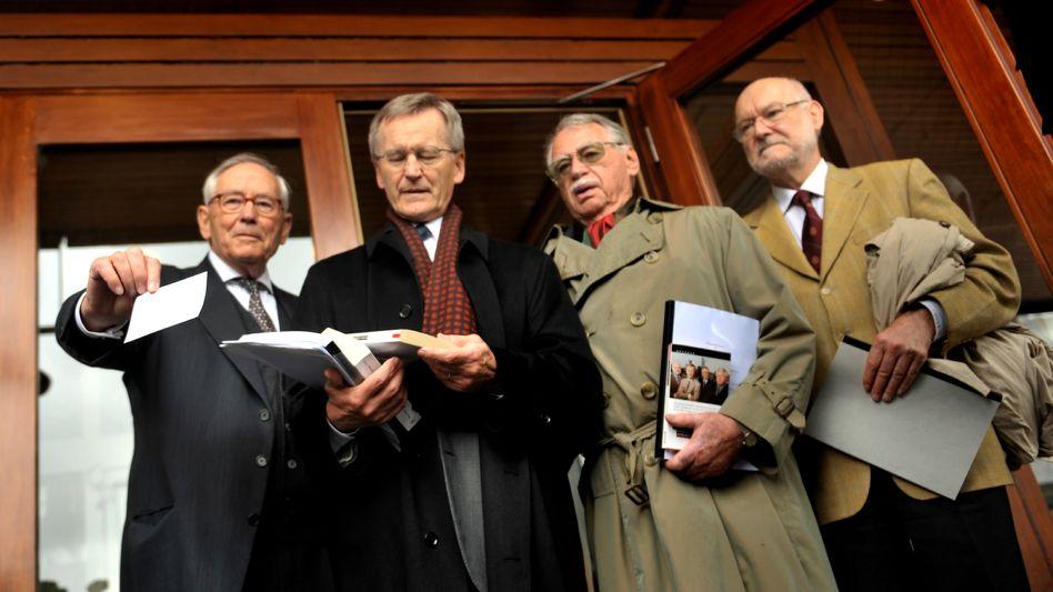 """Kläger Starbatty (rechts) und Mitstreiter: """"Das Euro-Abenteuer geht zu Ende"""""""